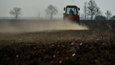 Porzik a szántóföld egy traktor után Földes közelében 2019. április 4-én. A Nemzeti Agrárgazdasági Kamara korábbi közlése szerint akár százmilliárdos nagyságrendû bevételkiesést is okozhat az aszály a magyar gazdáknak. Az országos aszályhelyzet miatt a ko