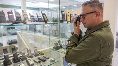 Egy érdeklõdõ fotóz a mobiltelefonok történetét bemutató kiállításon a megnyitó napján a szegedi Szent-Györgyi Albert Agórában 2019. április 15-én. A táskaméretûtõl a miniatûrig több mint négyszázféle mobiltelefont ismerhetnek meg a látogatók a GSM - Gene