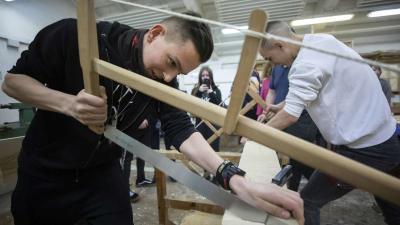Érdeklõdõk a Budapesti Komplex Szakképzési Centrum (BKSzC) Kaesz Gyula Faipari Szakgimnáziuma és Szakközépiskolájának asztalosmûhelyében, a Szakmák éjszakája országos pályaorientációs rendezvény egyik helyszínén, a XIV. kerületben 2019. április 12-én. MTI