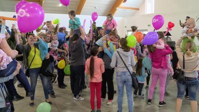 Országszerte és határon túl több mint tízezer gyermeket emeltek magasba egyszerre. Fotó: 7.TV/Kugyelka Attila