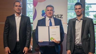 Bíró Csaba (középen) az elismerő oklevéllel. Fotó: Magyar Diáksport Szövetség