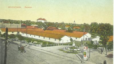 Barakkok az Andrássy úton a laktanya mellett az angyalos artézi kúttal. Az 1930-as évek közepén a barakk eltűnt, csak a kút és hirdetőoszlop maradt, nagy füves területtel, két focipályával, majd 1960 után ismét változott a városkép