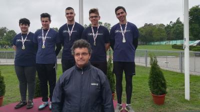 A diszkoszvetés bajnokai, balról jobbra: Kun Dominik, Priskin István,  Csizmazia Áron, Gyaraki Benjámin, Hrabovszki Balázs, elől az edzőjük, Solticz Kálmán (fotó: BCSAC)