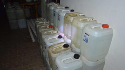 Több mint 7000 liter párlat eredetét nem tudta igazolni. Forrás: NAV