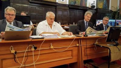 Nagy Ferenc alpolgármester, Hanó Miklós alpolgármester, Szarvas Péter polgármester és dr. Bacsa Vendel jegyző a közgyűlés előtt lapozta át a Csabai Mérleget (fotó: Varga Diána)