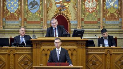 Varga Mihály pénzügyminiszter nyitóbeszédet mond a jövő évi költségvetés általános vitájának kezdetén az Országgyűlés plenáris ülésén (MTI fotó/Kovács Attila)