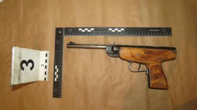 Ezt az átalakított fegyvert is megtalálták a dombegyházi férfinál a rendőrök. Fotó: police.hu