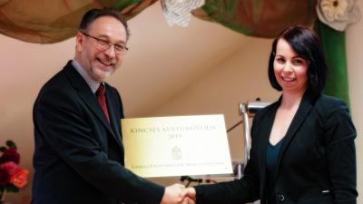 Fekete Péter kultúráért felelős államtitkár adja át az elismerést Botta-Dukátné Orczifalvi Éva intézményvezetőnek
