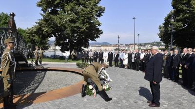 Lomnici Zoltán, az Emberi Méltóság Tanácsa elnöke koszorúz Nagy Imre szobránál, Budapesten, a Jászai Mari téren (fotó: MTI/Máthé Zoltán)