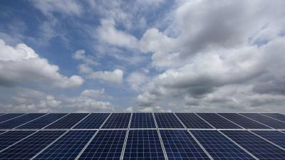 Napelemek a 2,9 megawatt teljesítményû új napelemparkban Hugyagon 2019. június 20-án. Az 1,2 milliárd forint értékû, kizárólag piaci forrásokból finanszírozott beruházás által termelt áram évente 1750 család energiafogyasztását bi
