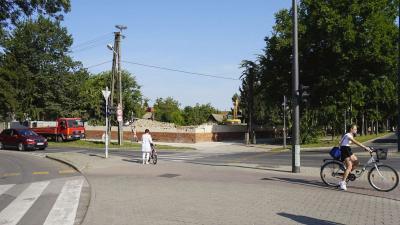 A Jókai utca és az Illésházi utca kereszteződésénél található épületnél már zajlanak a bontási munkálatok. Fotó: behir.hu/V.D.