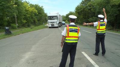 Július 22. és 28. között 2916 nehéz tehergépkocsit és 584 autóbuszt ellenőriztek, és 686 jogsértést állapítottak meg a rendőrök a Tispol Truck & Bus elnevezésű, európai szintű ellenőrzés keretében. Fotó: Kovács Dénes
