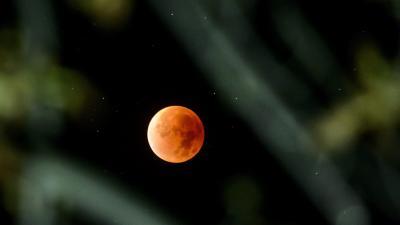 Teljes holdfogyatkozás Salgótarján Salgóbánya városrészéből fotózva 2015. szeptember 28-án Fotó: Komka Péter / MTI
