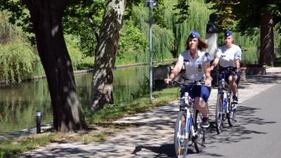 Kerékpáros rendőrök Békéscsabán. Fotó: police.hu