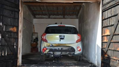 Olajjal lelocsolta, majd felgyújtotta egy garázs ajtaját egy férfi Szarvason. Fotó: police.hu