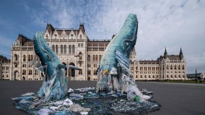 A Greenpeace műanyaghulladékból készült bálnaszobrai az Országház előtti Kossuth Lajos téren (Fotó: MTI/Szigetváry Zsolt)