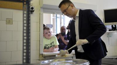Rétvári Bence ebédet oszt a nyári szociális gyermekétkeztetésről tartott sajtótájékoztatója után (MTI/Kovács Attila)