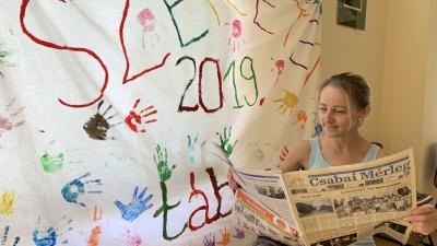 Csinger Anita a Szeretet táborban lapozta át legfrissebb számunkat (fotó: Szendi Rita)