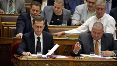 Varga Mihály pénzügyminiszter (b), Németh Szilárd, a Honvédelmi Minisztérium parlamenti államtitkára (j) és a képviselők szavaznak a költségvetésről (MTI fotó: Kovács Attila)