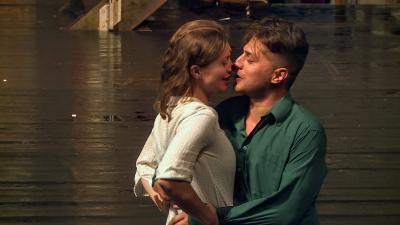 Bálint szerepében Sebestyén Hunor, Júlia szerepében Tasnádi-Sáhy Noémi az Egy szerelem három éjszakája című darabban, a Szigligeti Színház előadásában. Fotó: 7.TV
