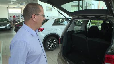 Hegedűs Sándor cégvezető a nagycsaládosok egyik legkedveltebb autóját mutatja be. Fotó: Kugyelka Attila