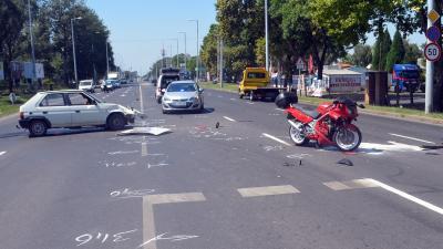 Békéscsabán, a Szarvasi úton, a Pataky László utcai kereszteződésnél történt baleset (fotó: police.hu)