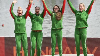 Az aranyérmes Gazsó Alida Dóra, Csipes Tamara, Medveczky Erika és Bodonyi Dóra (b-j) a női kajak négyesek 500 méteres versenyének eredményhirdetésén (MTI/Szigetváry Zsolt)
