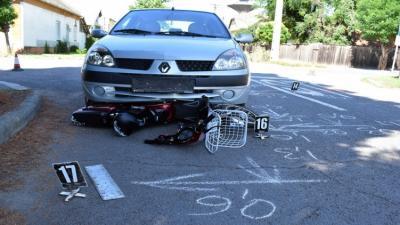 Szarvason összeütközött egy személygépkocsi és egy elektromos kerékpárral közlekedő nő. Fotó: police.hu