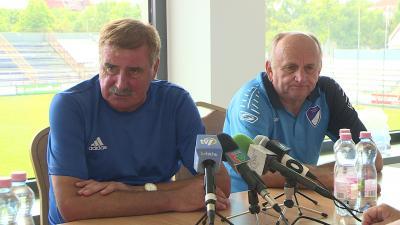 Szenti Zoltán (balról) az 1993/94-es csapat kapitánya és Pásztor József (jobbról) a bronzéremig jutó együttes vezetőedzője is jelen lesz vasárnap a jubileumi köszöntésen. Fotó: Tóth Áron