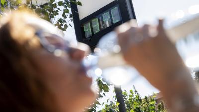Egy nő vizet iszik a kánikulában 2019. augusztus 12-én. Hőségriasztást adott ki az országos tisztifőorvos hétfő éjfélig. Jelentős lehűlést hoz a másnap érkező hidegfront, 10 fokot, néhol akár többet is csökken a csúcshőmérséklet pár nap alatt. MTI/Rosta T