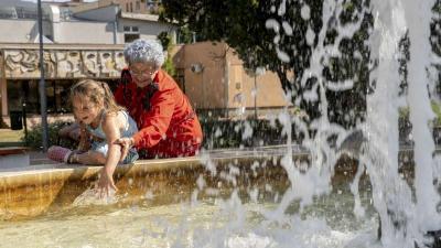 Egy nagymama az unokájával hűsöl egy szökőkútnál Orosházán 2019. augusztus 12-én. A kánikula miatt hőségriasztást adott ki az országos tisztifőorvos hétfő éjfélig. Jelentős lehűlést hoz a másnap érkező hidegfront, 10 fokot, néhol akár többet is csökken a