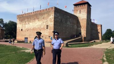 Magyar és román rendőrök közösen teljesítenek járőrszolgálatot Gyulán. Fotó: police.hu