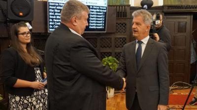 Ando György Szarvas Péter polgármestertől vette át a kitüntetést