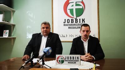 Jelöltjeit és programját ismertette a Jobbik. Bal oldalon Gajdos Attila (a Jobbik megyei önkormányzati képviselője), jobb oldalon Samu Tamás Gergő (frakcióvezető)