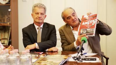 Békéscsabán mutatták be először a november 15-én megjelenő, Meggypiros mezben című, a magyar labdarúgó válogatottról szóló könyvet. Fotó: behir.hu/Papp Ádám