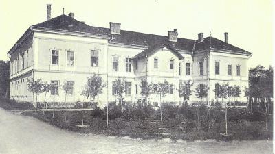 A békéscsabai városi közkórház első emeletes épületének belső homlokzatú látképe 1910 táján