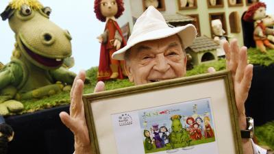 Bpdrogi Gyula a bélyegekkel (MTI fotó: Koszticsák Szilárd)