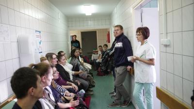 Hevesi Ágnes, az Orosházi Kórház Szülészet Nőgyógyászati Osztályának főnővére beszél a megjelentekhez. Fotó: Rosta Tibor/OrosCafé.hu