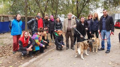 A Békéscsabai Jókai Színház kollektívája a Lessing úr projekt részeként sétáltatott kutyát. Fotó: behir.hu/Kovács Dénes