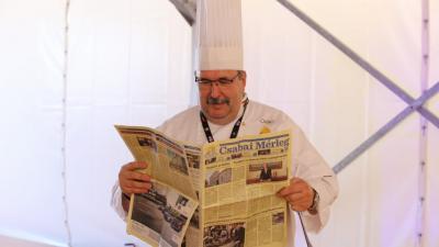 Prohászka Béla a Csabai Kolbászfesztiválon lapozott bele az újságba (fotó: Máthé Csongor)