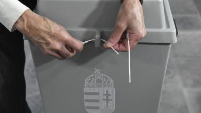 A szavazás megkezdése előtt valamennyi urnát az első választó jelenlétében zárták le a szavazatszámláló bizottságok (MTI/Koszticsák Szilárd)
