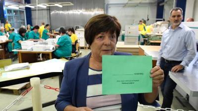 Pálffy Ilona, a Nemzeti Választási Iroda elnöke a nemzetiségi szavazólap borítékjának mintáját mutatja (Fotó: MTI/Kovács Tamás)