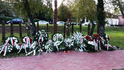 Koszorúkkal emlékeztek meg Békéscsabán az Aradi vértanúkról. Fotó: Papp Ádám