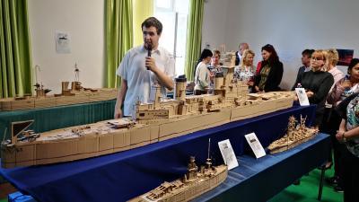 Nemes András Bence autista gyermek hadihajó makettjeiből nyílt kiállítás Mezőkovácsházán. Fotó: Papp Ádám
