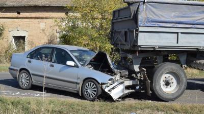 Orosháza külterületén személyautó ütközött össze egy lassú járművel (fotó: police.hu)