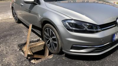 Fedetlen aknára hajtott egy autós Békéscsabán. Fotó: police.hu