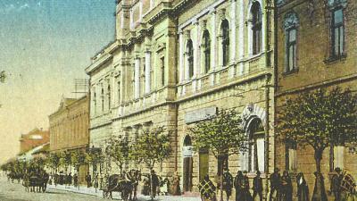 Életkép 1925-ből a színház előtti új betonjárdán közlekedőkkel