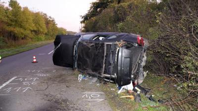 Gyula külterületén egy személygépkocsi egy jobbra ívelő kanyarban letért az útról és árokba borult (fotó: police.hu)