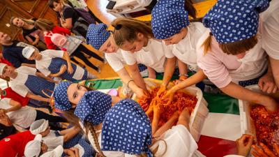 Illusztráció – kolbászt gyúrnak a gyerekek a KolbászfesztiválonFotó: Máthé Csongor