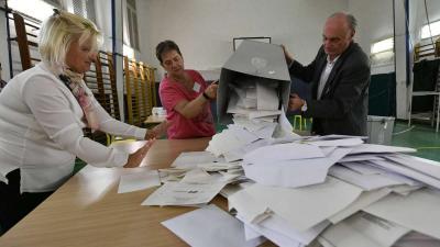 Kiborítják a szavazólapokat egy urnából a szavazatszámláló bizottság tagjai az önkormányzati választáson a budapesti Szilágyi Erzsébet Gimnáziumban kialakított 14-es számú szavazóhelyiségben 2019. október 13-án. MTI/Szigetváry Zsolt